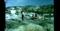 Børn leger ved vandet